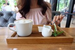 Женщина на кофе-времени Стоковое Изображение