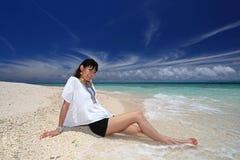 Женщина на красивом пляже стоковая фотография