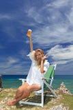 Женщина на красивом пляже стоковые фотографии rf