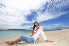 Женщина на красивом пляже стоковые изображения rf