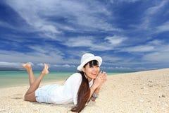 Женщина на красивом пляже стоковое фото rf