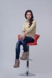 Женщина на красном стуле Стоковое фото RF