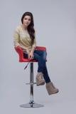 Женщина на красном стуле Стоковое Изображение