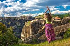 Женщина на краю скалы, Греция Стоковое Изображение RF