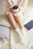 Женщина на кровати Стоковые Фотографии RF