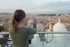 Женщина на крыше в Риме стоковое фото rf