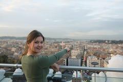 Женщина на крыше в Риме стоковые фото