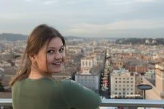 Женщина на крыше в Риме стоковое фото