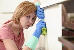 Женщина на кухне при резиновая моя утомлянная ткань перчаток и чистка тензида пробуренная и Стоковая Фотография