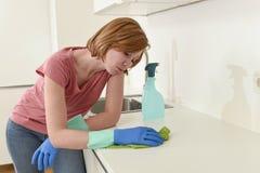 Женщина на кухне при резиновая моя утомлянная ткань перчаток и чистка тензида пробуренная и Стоковое Фото