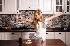 Женщина на кухне на утре стоковая фотография rf