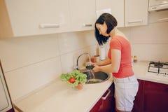 Женщина на кухне стоковая фотография rf