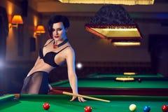 Женщина на клубе биллиардов играя снукер Стоковые Изображения RF