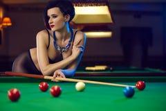 Женщина на клубе биллиардов играя снукер Стоковые Изображения