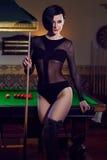 Женщина на клубе биллиардов играя снукер Стоковая Фотография RF