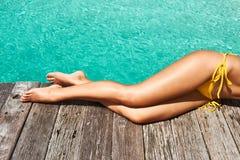 Женщина на моле пляжа Стоковое Изображение