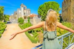 Женщина на монастыре Tomar Стоковые Изображения