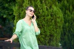 Женщина на мосте говоря на телефоне стоковые фотографии rf
