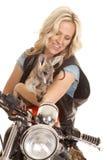 Женщина на мотоцикле с взглядом кенгуру вниз стоковое изображение rf