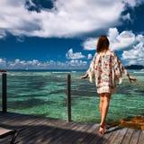 Женщина на моле на Сейшельских островах, Ла Digue пляжа Стоковое Изображение RF