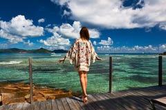 Женщина на моле на Сейшельских островах, Ла Digue пляжа Стоковая Фотография RF