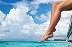 Женщина на моле пляжа Стоковые Изображения RF