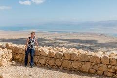 Женщина на национальном парке masada стоковые фотографии rf