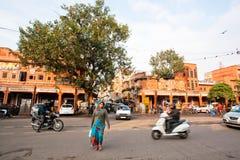 Женщина на оживленной улице индийского города стоковое фото rf