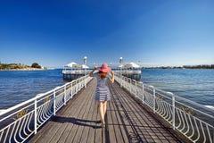 Женщина на озере Issyk Kul стоковая фотография