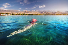 Женщина на озере Issyk Kul стоковое фото rf