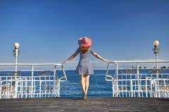 Женщина на озере Issyk Kul стоковое изображение