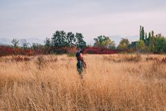 Женщина на осени поля стоковое изображение