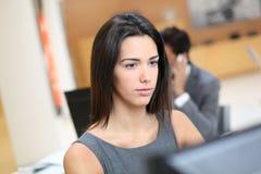 Женщина на офисе работая на компьютере Стоковая Фотография