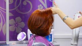Женщина на парикмахере акции видеоматериалы