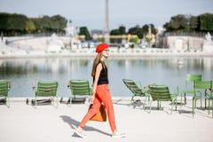 Женщина на парке в Париже стоковая фотография