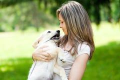 Женщина на парке с собакой стоковое изображение rf