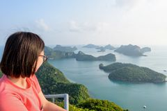 Женщина на пике смотря красивую природу Стоковые Изображения RF