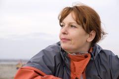 Женщина на пляже в осени Стоковая Фотография