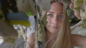 Женщина на пляже акции видеоматериалы