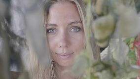 Женщина на пляже сток-видео