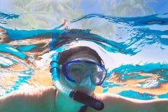 Женщина на подводном плавании в Красном Море стоковые фотографии rf