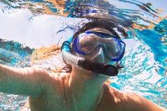Женщина на подводном плавании в Красном Море стоковое фото rf
