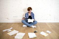 Женщина на поле живущей комнаты с калькулятором и банком и счеты обработка документов и документы делая отечественный финансовый  Стоковые Фото