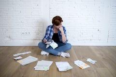 Женщина на поле живущей комнаты с калькулятором и банком и счеты обработка документов и документы делая отечественный финансовый  Стоковые Изображения