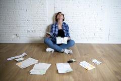 Женщина на поле живущей комнаты с калькулятором и банком и счеты обработка документов и документы делая отечественный финансовый  Стоковое Изображение RF