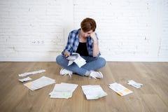 Женщина на поле живущей комнаты с калькулятором и банком и счеты обработка документов и документы делая отечественный финансовый  Стоковая Фотография RF