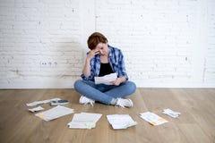 Женщина на поле живущей комнаты с калькулятором и банком и счеты обработка документов и документы делая отечественный финансовый  Стоковые Изображения RF