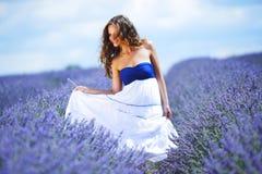 Женщина на поле лаванды Стоковое Изображение RF