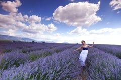 Женщина на поле лаванды Стоковое Изображение