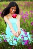 Женщина на поле цветка Стоковое Изображение